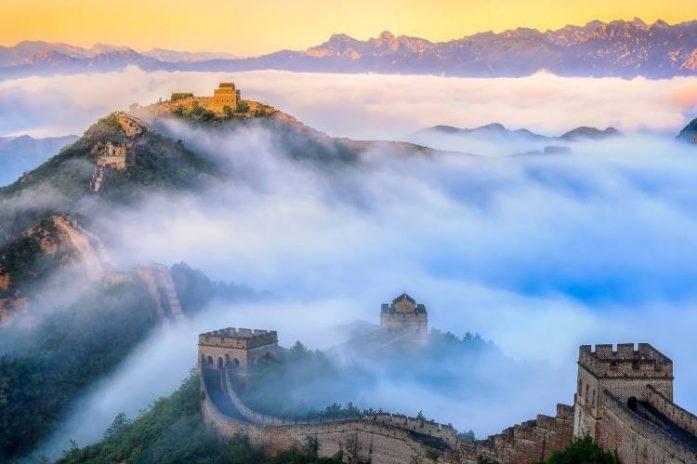 china great wall under fog